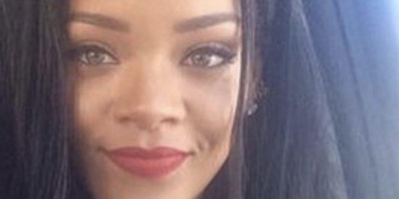 Rihanna-Selfie-800×600.jpg